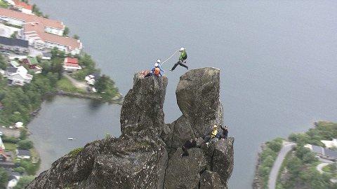 Lofoten: I tredje program i NRK-serien «Landet fra lufta» flyr ørna som er veiviser inn over Lofoten og viser noe av det unike øyriket har å by på. Foto: NRK-presse