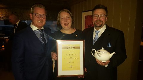(Fra venstre) Hotelldirektør Erik Taraldsen, frokostansvarlig Ingunn Haugnes og kjøkkensjef Stian Haugnes kunne tirsdag endelig skilte med landets beste hotellfrokost etter mange års arbeid.