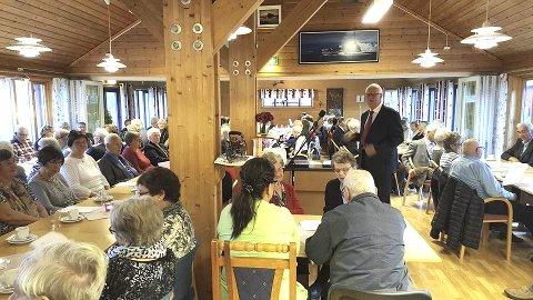 Fullt hus: Leder av eldrerådet, Kåre Skulbru, ønsker velkommen til eldredagen og Alstad turistsenter. Foto: Remi Solberg