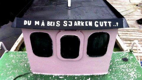 NYMALT:Det er ikke mange sjarker som har rosa styrehus og som i tillegg glitrer i solskinn.