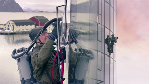 Her er Andreas Wahl i gang med å prøve å klatre opp Thon-hotellet.