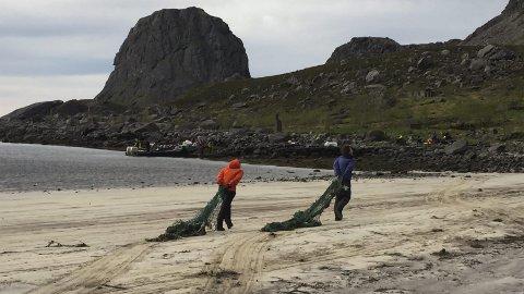Strandrydding: Frivillig innsats gjør susen, og utilgjengelige strandområder blir nå ryddet for mer enn 25 tonn søppel i løpet av sommeren og høsten 2016. Fotos: LAS