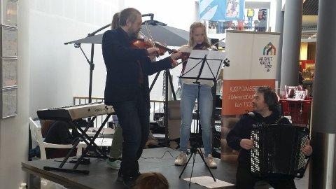 MINIKONSERT: Her fra lørdagens konsert. Foto: Privat