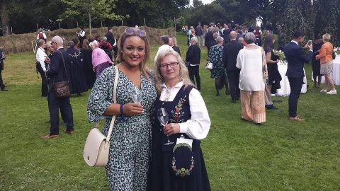Pyntet til fest: Hilde Lied Thom (th) og Janine Esperø Arroub hadde en stor opplevelse i Slottsparken før helga. Foto: PRIVAT.