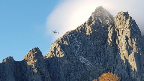 Ambulansehelikopteret i aksjon for å hente ut klatreren fra Vågakallen.