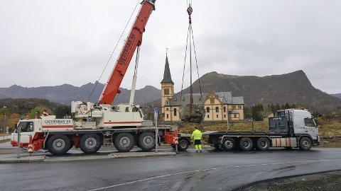 På plass: Fredag ble Trollsteinen fraktet tilbake til sin opprinnelige plass etter at den ble flyttet i forbindelse med arbeid av gang- og sykkelsti. Foto: Privat