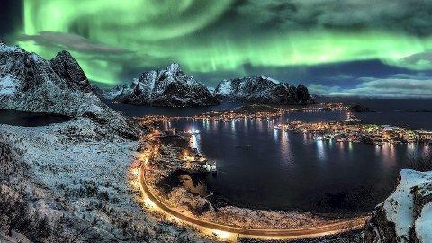 Nordlyset: Nordlyset er en av 65 organiserte aktiviteter turistene kan velge i når de besøker Lofoten på vinteren. På sommeren omfatter menyen hele 85 ulike aktiviteter. De fleste er i dag bookbare vi nett. Og nå satses det enda mer tilgjengelighet på nett.Fotoarkiv: Destination Lofoten