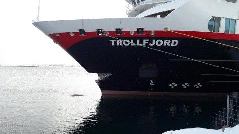 """""""Trollfjord"""" seiler til Harstad for å få skaden i baugen reparert."""
