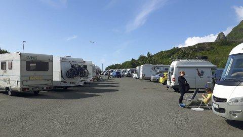 Camping?: Endestasjonen for E10 er et populært stoppested. Foto: John Edvin Andersen