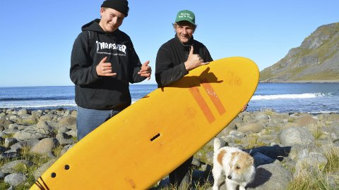 Jubileum: Årets utgave av Lofoten Masters er den tiende i rekken, og Tommy Olsen gleder seg til helgen. Her sammen med sønnen Anker Olsen Frantzen som skal delta i konkurransen, og hunden Pia som skal bivåne fra stranda.foto: Geir Inge Winther
