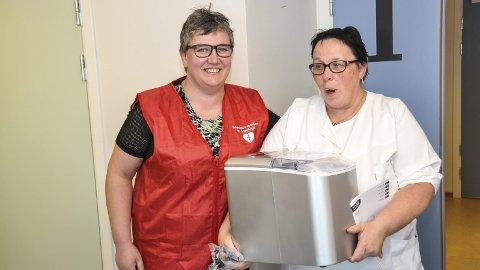 Godt: Mariann Holsether på post E tar godt imot maskinen. Berger t.v. er fornøyd med at helselaget kunne hjelpe til.