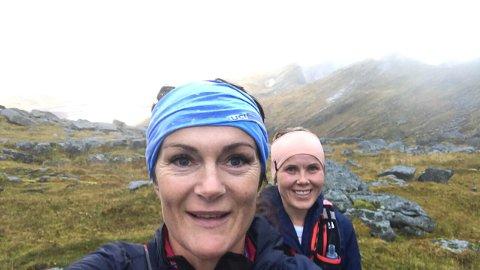 SKAL LØPE i 24 TIMER: Rakel Enoksen (foran) og Wenche Johnsen fra Lofoten Ultraløperklubb reiser i helga til Oslo for å delta på løpet Bislett 24-timers.