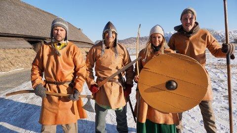 Vikinger: Kristian Ødegård, Dag Otto Lauritzen, Helen Olafsen og Stian Sivertzen besøkte Lofotr Vikingmuseum for å gjenoppleve vikingtida.