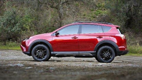 Nei, Toyota, her representert med RAV4, topper ikke den svært omfattende kvalitetsundersøkelsen til amerikanske Consumer Reports. Men de tar en god andreplass. Like bak et merke de har sterk tilknytning til ...