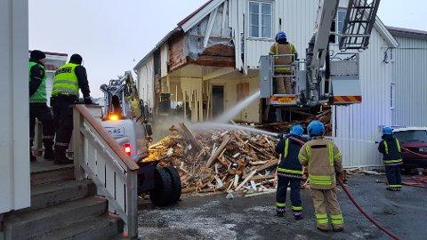Deler av brygga ble totalskadd i brannen i Henningsvær fredag.
