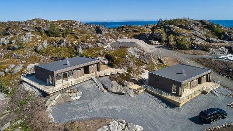 Til salgs: Disse to hyttene på Gjermesøya på Ballstad er lagt ut til salgs med en prislapp på 4,7 og 5,5 millioner kroner.