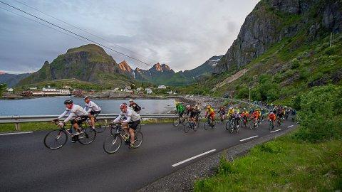 Sykkelritt: 240 syklister inntar Lofoten denne uka i forbindelse med VikingTour. Arrangøren ber folk være tålmodige. Bildet er fra Zalaris Lofoten Insomnia Race.