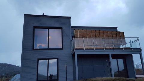 Blåst opp: Slik så det ut på yttersiden av huset til Kai og Gine Haug fredag.