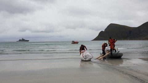 LØSNINGSORIENTERT: For å få sekkene om bord i mob-båten så laget mannskapet en liten rampe
