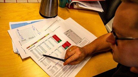 REGNESTYKKE: Ordfører Ivar Vigdenes (Sp) viser frem et regnestykke som viser hvordan en familie må ha høy arbeidsinntekt om det skal lønne seg å kutte ut sosialhjelp. Foto: Espen Teigen (Nettavisen)