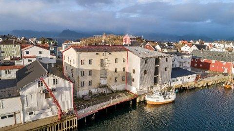 HAVNA: Eiendommen ligger i Henningsvær havn. Det er den avmerkede delen som er lagt ut for salg.