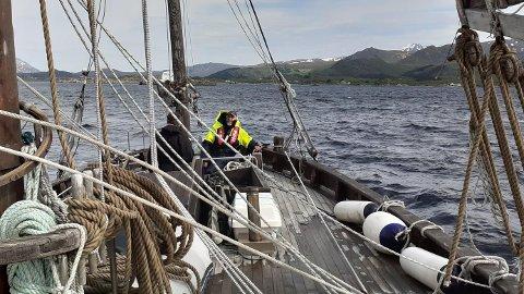 """""""Svolvær"""" styres fortsatt på gammelmåten med en rorkult som er festet direkte på roret. Fra sin plass ved roret har skipper Sigurd full oversikt over hele dekket, og ikke minst videre fremover."""