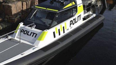 Uniformert politibåt.
