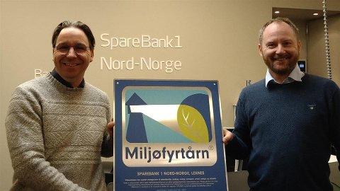 MILJØFYRTÅRN: Banksjef Jan Erik Sveum mottar sertifiseringen på at banken på Leknes nå er et miljøfyrtårn, fra Remi Solberg.