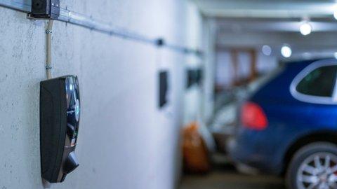 RETT PÅ LADING: I år kan du med loven i hånden si til styrelederen i borettslaget at du har krav på å få lade elbilen hjemme.  Foto: Ole Berg-Rusten (NTB)
