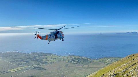 Et Sea King-helikopter måtte lørdag frakte ned totalt tre  utmattede personer fra fjellet Matmora ved Laukvik. Personene var deltakere på løpsarrangementet Lofoten Skyrace. Bildet er tatt av Lofotpostens redaktør, Jan Eivind Fredly, som selv var deltaker i løpet og derfor befant seg i området.