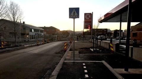 Kjørelærer Gudmund Zakariassen reagerer på de splitter nye gangfelt-skiltene i Storgata. Ved Circle K står skiltet bokstavelig talt midt i sykkelfeltet.