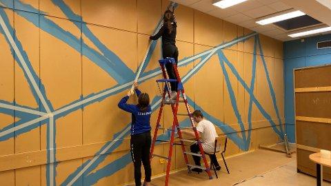"""Tiendeklassingene ved Leknes ungdomsskole har stått på seint og tidlig for å gjøre om det gamle skolebiblioteket til eget """"ungdomsrom"""". På bildet: Alida Helbostad, Aletta Tangrand og Gabriel Karlsen."""