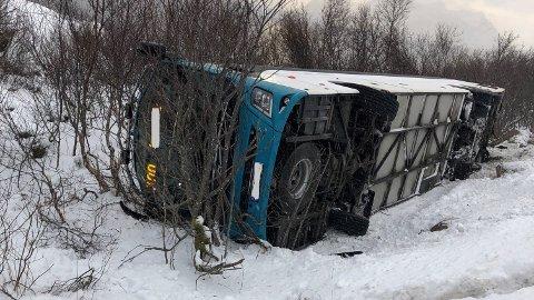 Bussen kjørte av veien ved E10 ved Småskjæran i Austnesfjord, og veltet over på siden.