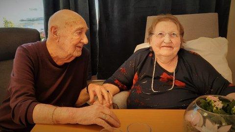 Ekteparet Arvid (91) og Britt (81) Aaslie fra Napp kan endelig møtes som før, på stua på Solhøgda bo- og behandlingssenter.