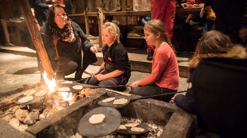 Matlaging ved bålet er en populær aktivitet for barn og familier som besøker Lofotr vikingmuseum.