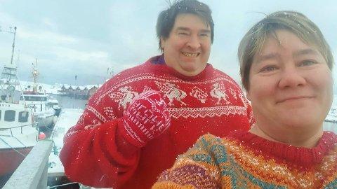 Erling Amundsen i Liverpool-genser og kona Tone Lill Stensen ombord i sjarken «Dyvåg», som akkurat for tida er på kongekrabbefiske i Finnmark.