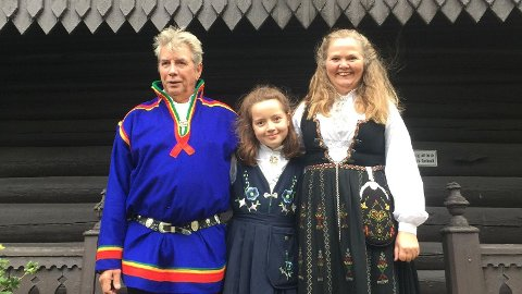 Dagnor Strømmen (63) fra Stamsund har sjøl sydd samekofta som han bærer på ulike høytidsdager. Bildet er tatt fra en konfirmasjon, og viser Dagnor sammen med barnebarnet Hanna Emilie og kona Sissel Husevåg Strømmen.