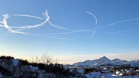 Kondensstriper etter jagerfly over Leknes tirsdag formiddag.
