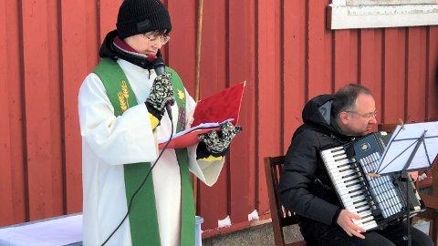 Sokneprest Jorunn Tetlie og organist Ray Weber tok tilhørerne gjennom utegudstjenesten i Flakstad kirke søndag.