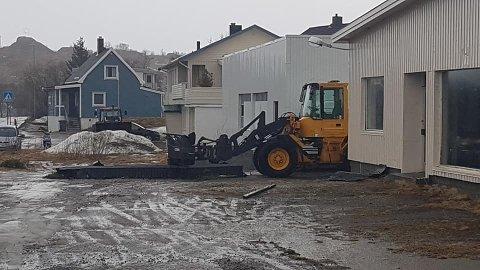 Deler av taket på brannstasjonen i Stamsund har havnet på bakken.