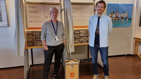Berit Olsen og Esben Nedrebø ved servicetorget på rådhuset tar imot tidligstemmer fra 1. juli.