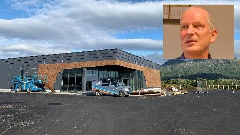 Torbjørn Pedersen hos huseier Teft ser at Kiwi-bygget på Leknessletta nærmer seg åpning.