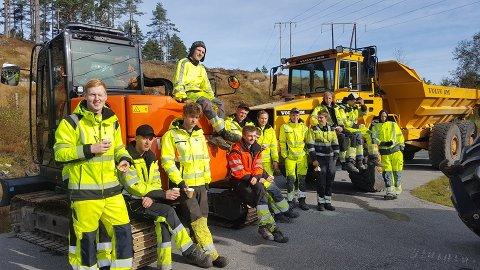 FORNØYDE ELEVER: Med moderne og topp utstyr er elevene ved anleggslinja på Byremo videregående skole klar for å utbedre fylkesveien.