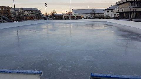 GOD IS: Det er flotte forhold på isbanen i sentrum.
