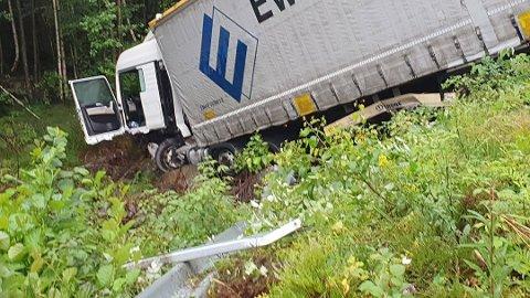 I GRØFTA: Trailseren havnet i grøfta etter ulykken på E39. Det er store trafikkproblemer ved ulykkesstedet på Flikka.