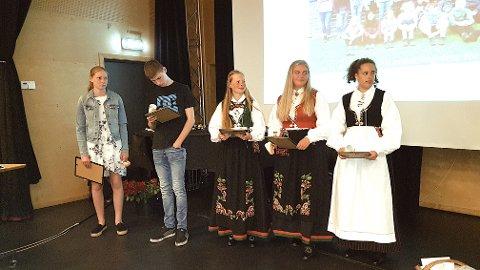VINNERE: Emma Ryan (til høyre) fra Byremo ungdomsskole fikk mye ros for språket i teksten hun vant Mållagets konkurranse med. Hun står sammen med de øvrige premievinnerne fra Byremo, fra venstre Ingrid Løwenham, Simen Glomsaker, Sofie Naglestad og Taline Pettersen.