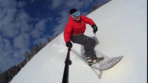Her er Bendik Ulshagen Øye på en av sine mange turer med snowsurfen.