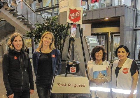 SNART JUL: Miriam Kjellgren (f.v.) og Kristin Stordal fra Frelsesarmeen sammen med Viviane Lagos og Pilar Arana ved julegryta i Amfi Moss.