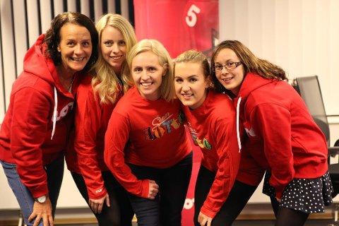 RINGERUNDE: Flere av Norsk Tippings ansatte ringte lørdag kveld de 13 SuperLotto-vinnerne.  Fra venstre: Cathrine Muri, Ida G. Hanstad, Ingrid R. Mathisen, Oda Skandsen, Mathilde G. Haga.
