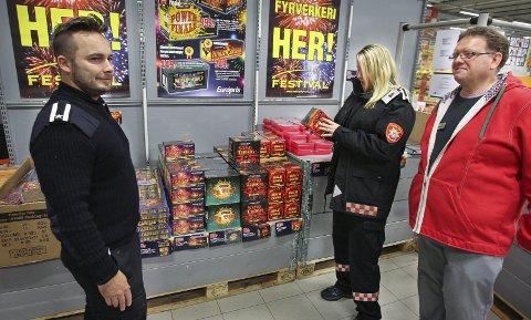 FULL KONTROLL: Branninspektørene Bjørn Refling og Lise Mette Lyshaugen hadde ingenting å sette fingeren på da de sjekket utsalget til butikksjef Frank Pettersen ved Europris i Midtveien.